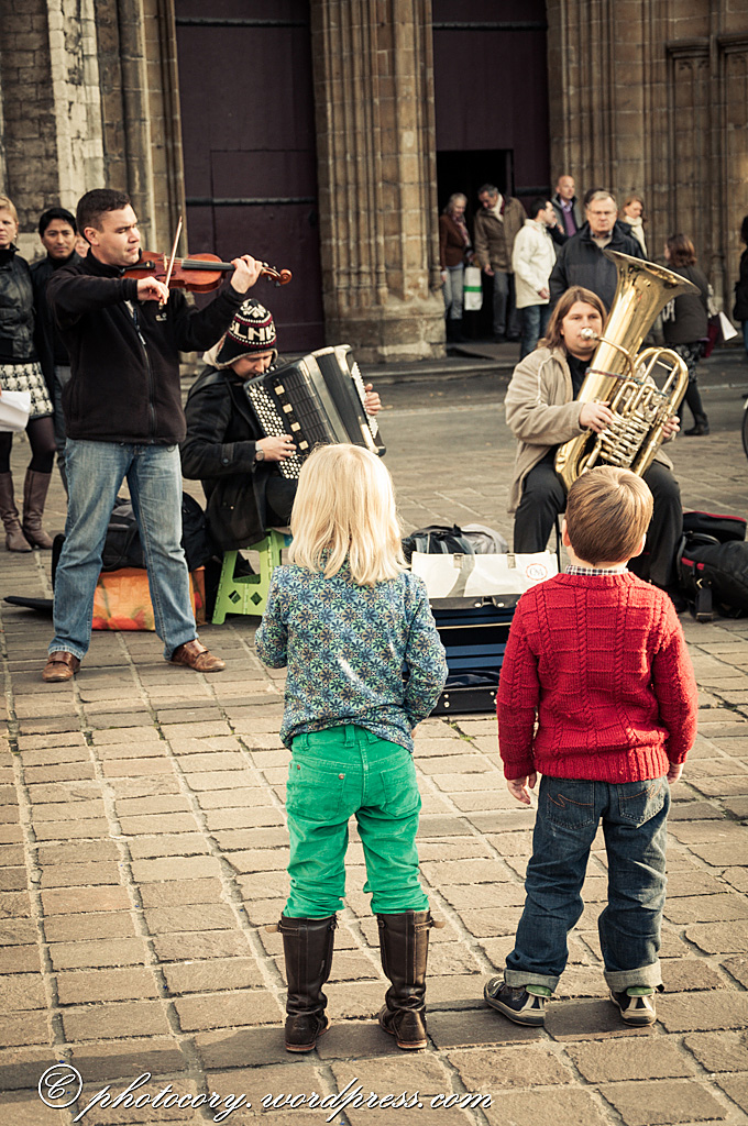 Childred listening to street musicians.