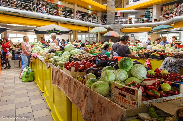 An everyday market in Targoviste, where you can find fresh fruits and vegetables