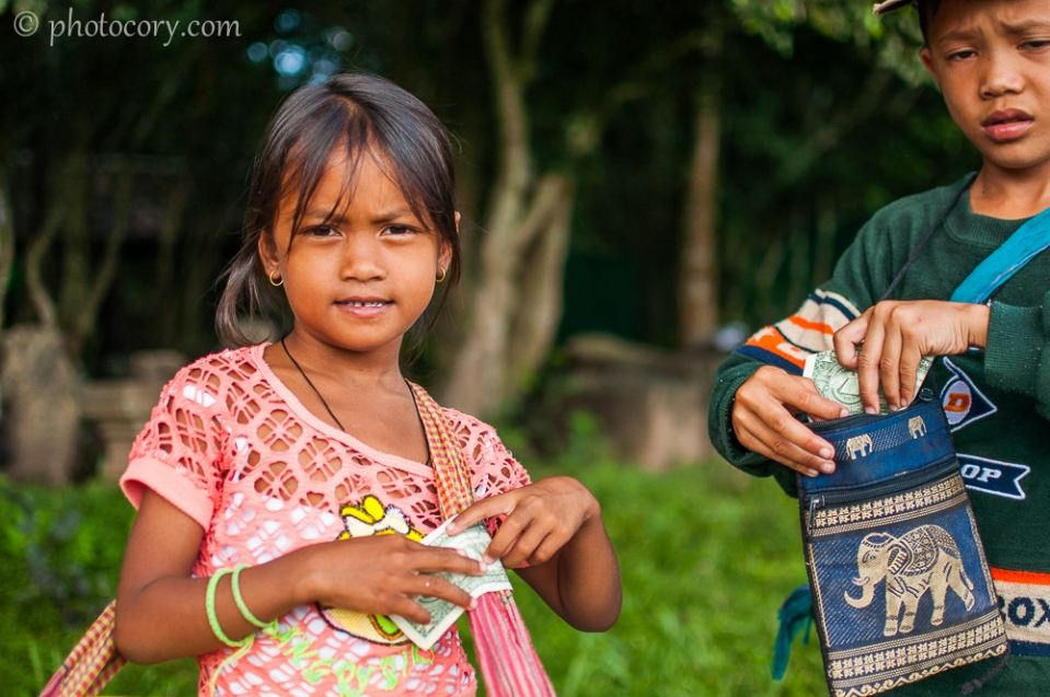 chidren selling souvenirs Angkor wat