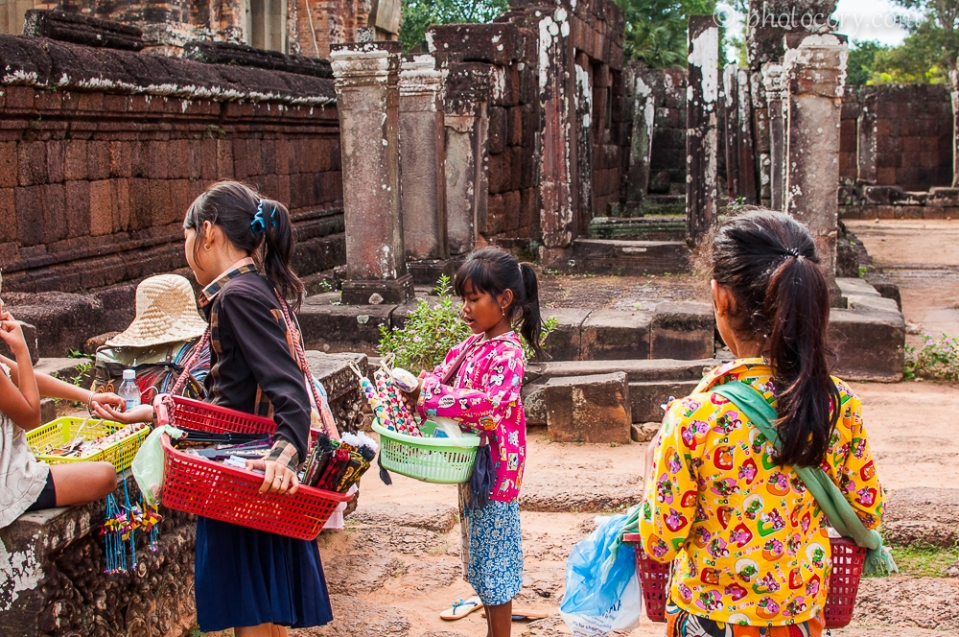 children selling Angkor