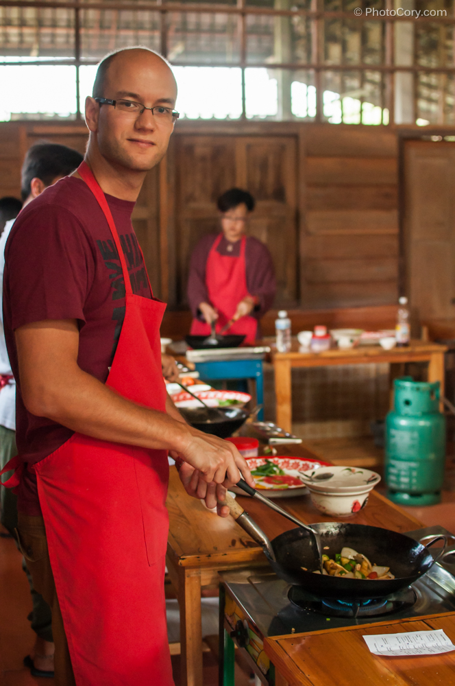 Cooking at Thai farm cooking school in Chiang Mai. Men are sexy while cooking, right? / Barbatii sunt sexy la cratita, nu-i asa?