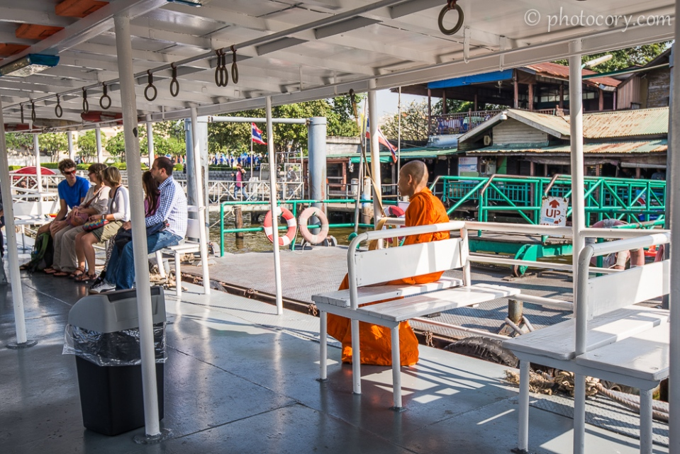 Buddhist monk on the boat./Calugar budist in barca pe raul Chao Phraya din Bangkok