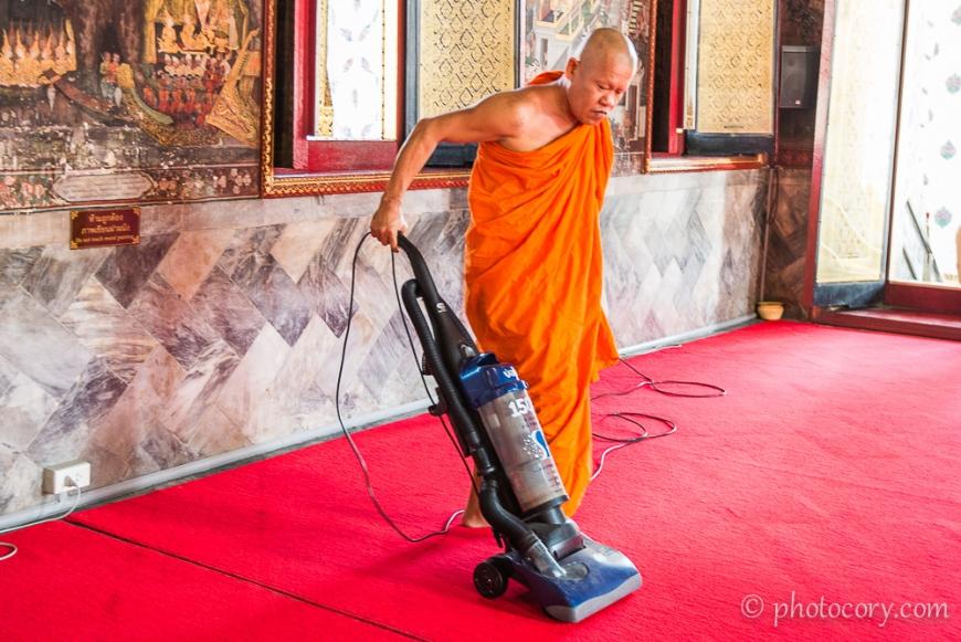 Monk vacuuming in the temple./calugar dand cu aspiratorul