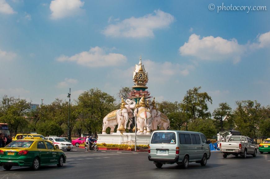 Pink elephants statues next to Grand Palace./Elefanti roz langa palat