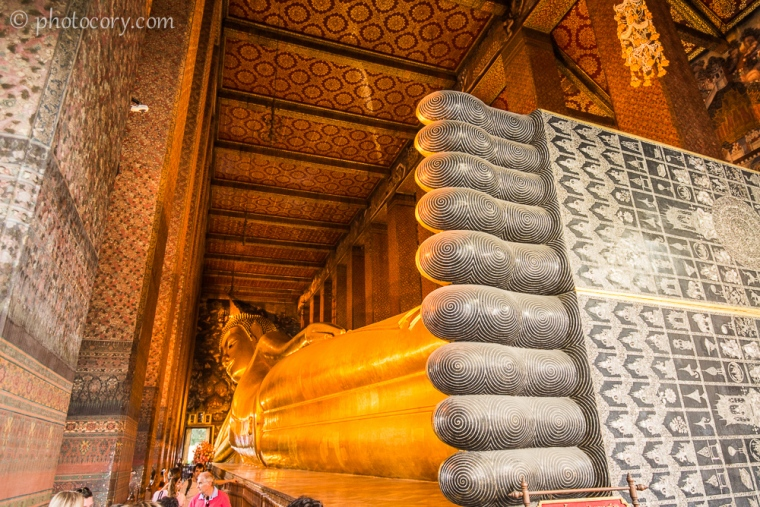 Reclining Buddha with his giant feet./Buddha culcat si picioarele sale uriase