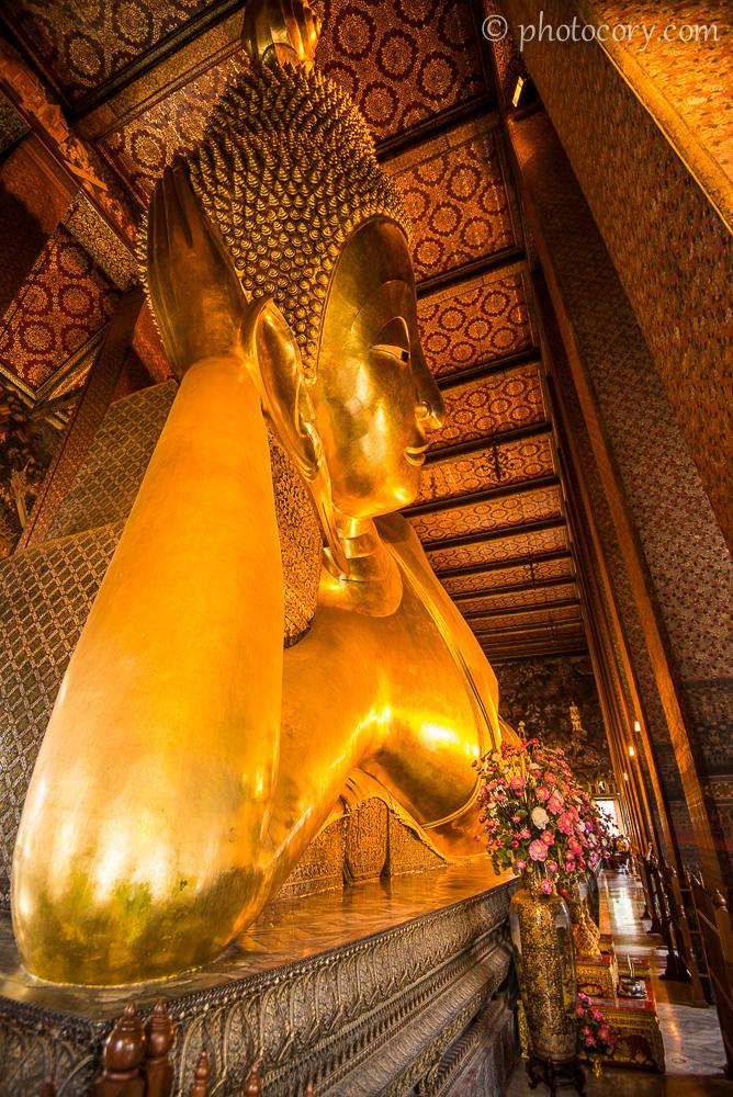 The reclining Buddha in Wat Pho, Bangkok./ Buddha culcat in templul Pho din Bangkok