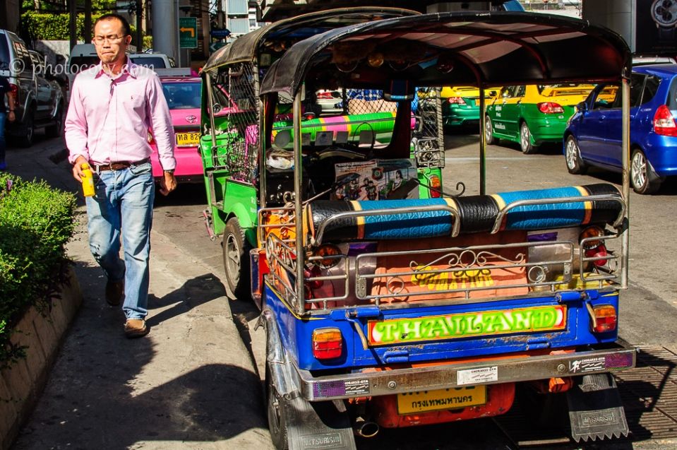 A colorful tuk-tuk./Un tuk-tuk colorat