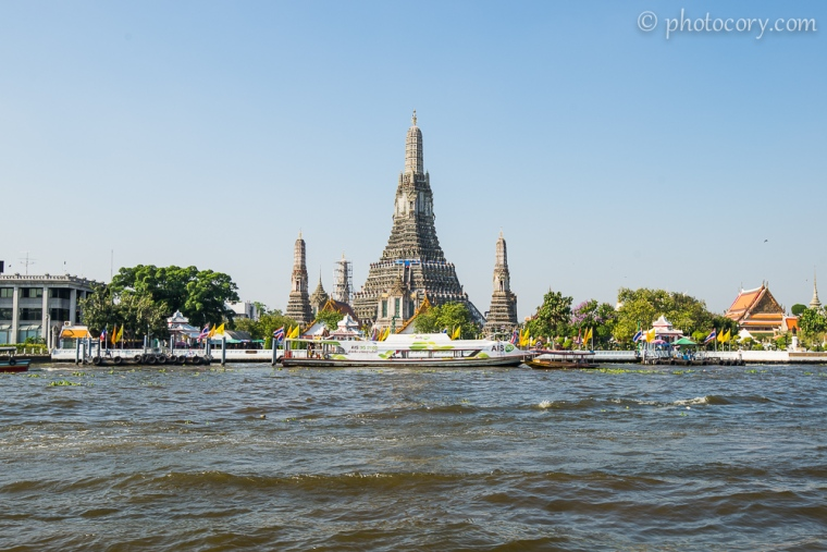 Wat Arun seen from the express boat on the Chao Phraya river in Bangkok/ templul wat Arun vazut de pe raul Chao Phraya din Bangkok