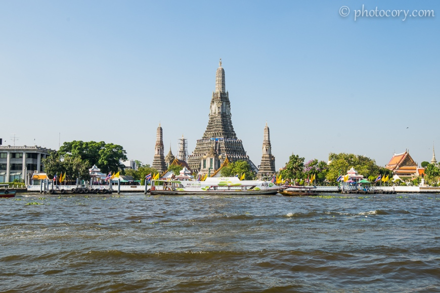 Wat Arun seen from the express boat on the Chao Phraya river in Bangkok/ templul wat Arun vazut de pe raul Chao Phraya din Bangkok