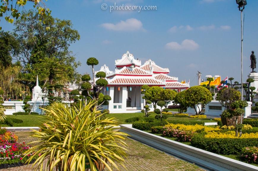 Garden at Wat Arun in Bangkok./Gradina templului Arun