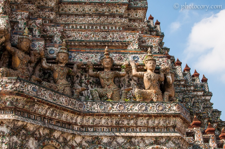 Sculptures on the central tower at Wat Arun/sculpturi pe turnul central in Templul Arun