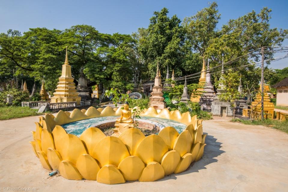 A golden Buddha in a big, golden lotus flower / O statuie aurie a lui Buddha in mijlocul unei uriase flori de lotus