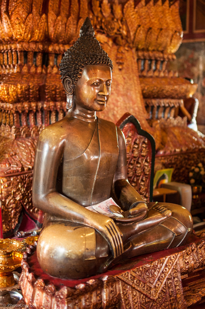 Buddha statue with money / Statuia lui Buda cu bani drept ofranda