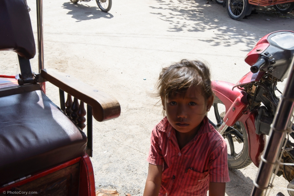 This girl was begging just outside the Killing Fields. She has very sad eyes / Aceasta fetita cu ochi tristi a venit langa tuktuk-ul nostru sa cerseasca.
