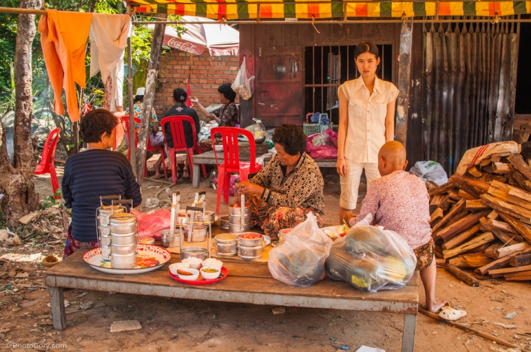 Cooking on the street and spending time with the family / Gatitul se face pe strada in fata casei, unde familia petrece timp impreuna