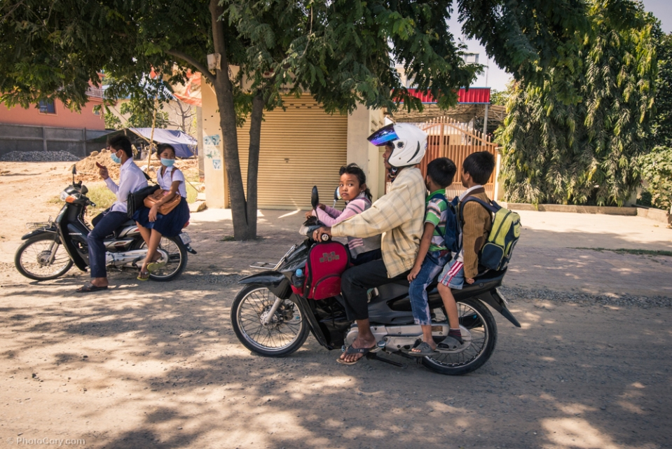 A family on motorbike / O familie pe scuter