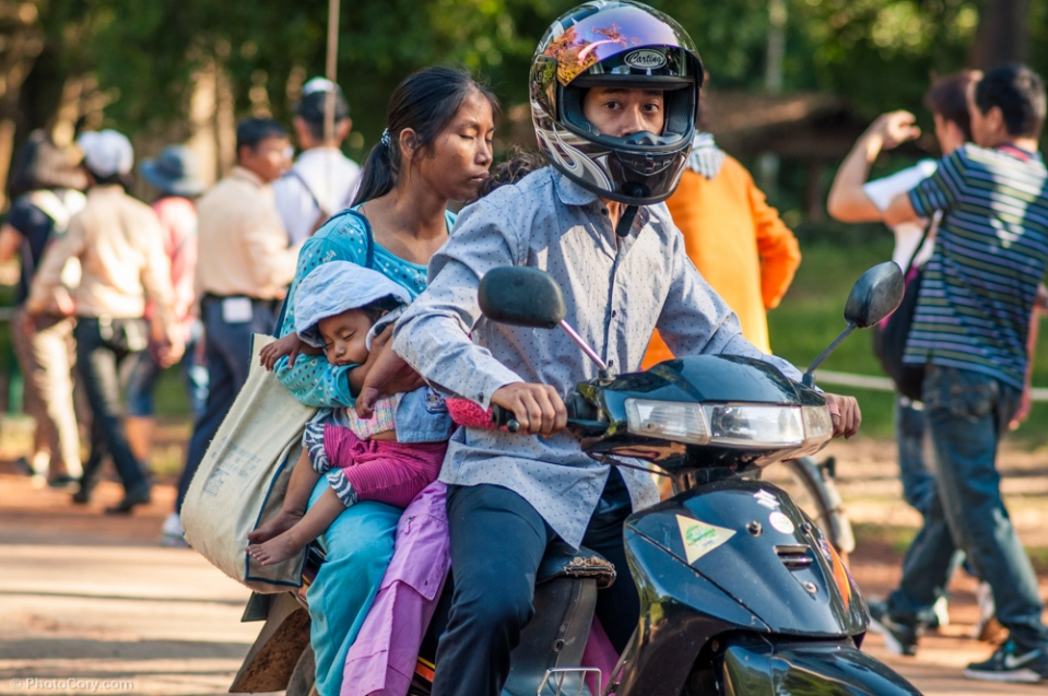 Family on motorbike Familie pe scuter