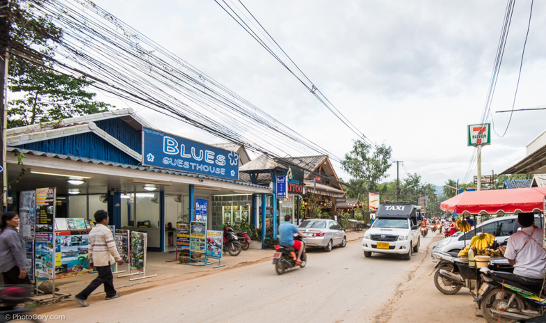 Street in Koh Chang, with a taxi and the 7eleven supermarket/ Strada in Koh Chang, Puteti vedea un Taxi si magazinul 7 eleven