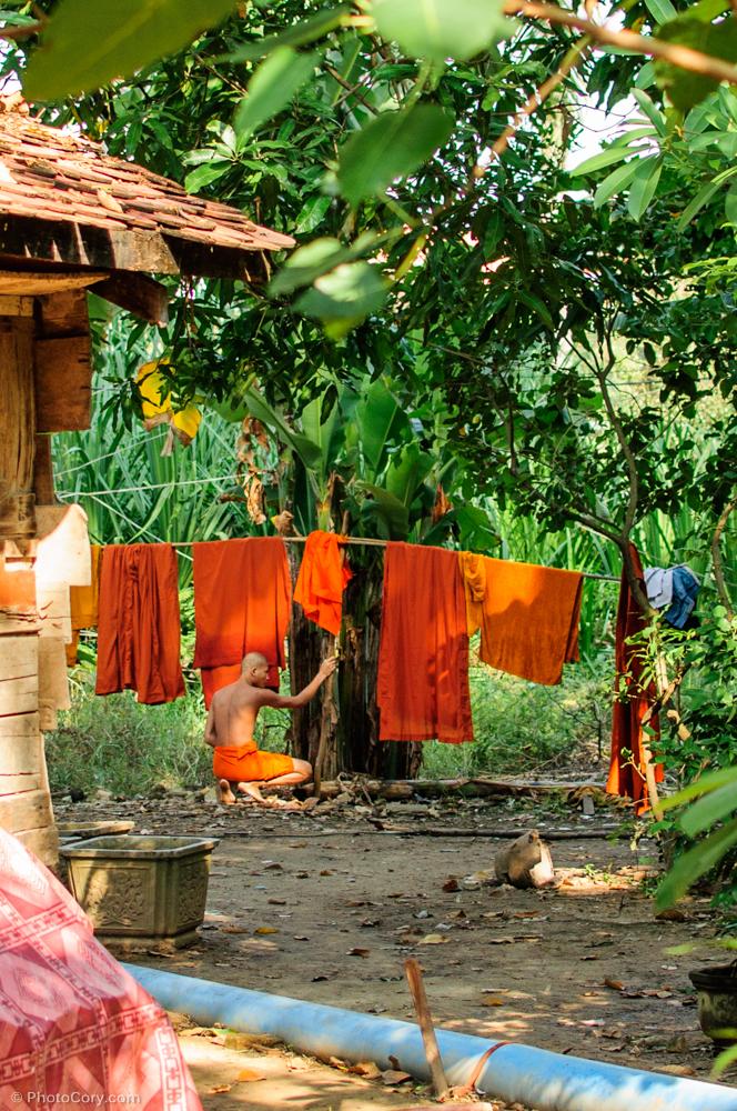 Monk hanging out laundry / Calugar budist pune rufele la uscat