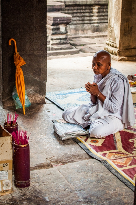 monk praying angkor wat