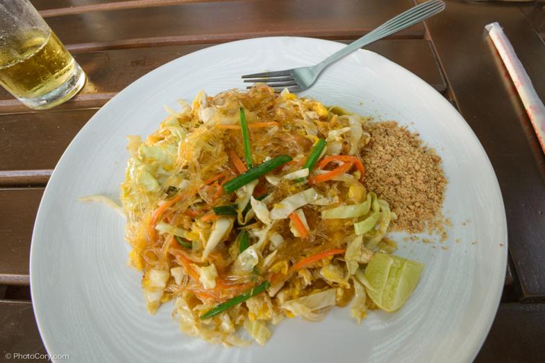 Pad thai is a traditional Thai dish - noodles with veggies and nuts/ Pad Thai e o mancare traditionala tailandeza - taitei cu legume si arahide