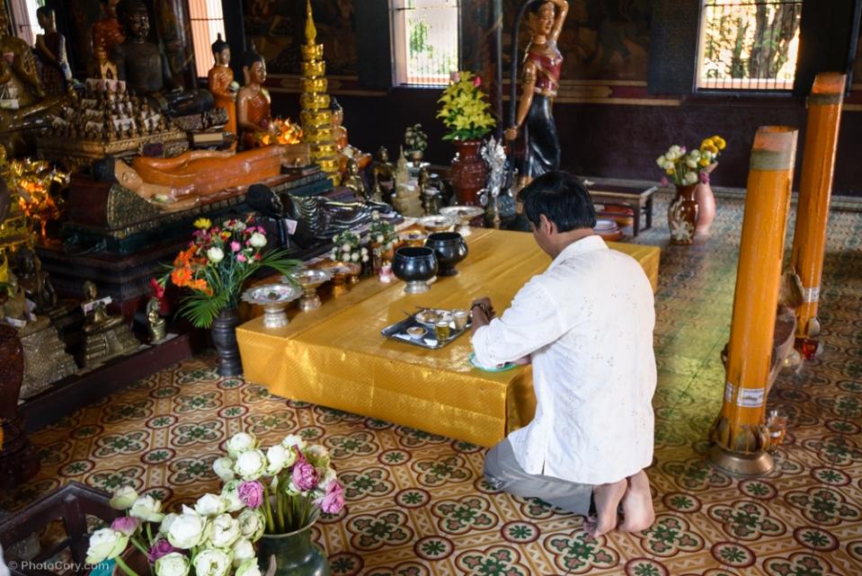Man brought gifts to Wat Phnom / Barbatul acesta a adus cadou templului Phnom