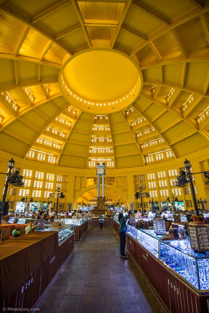 The dome at Psar Thmei / Piata centrala si domul urias. Aici gasesti bijuterii si multe alte produse.