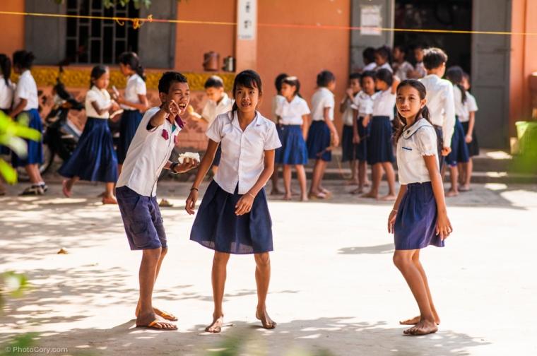 Children at school playing during break / Copii la scoala in recreatie
