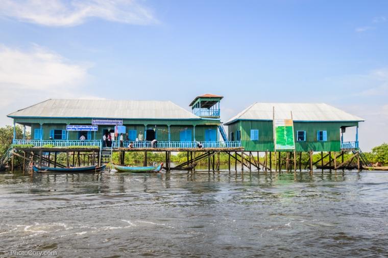 Secondary school in the floating village / Scoala in satul plutitor