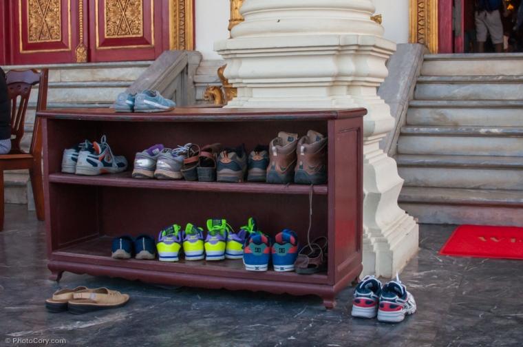 Take your shoes off when entering a Buddhist temple/ Trebuie sa te descalti la intrarea in templele budiste