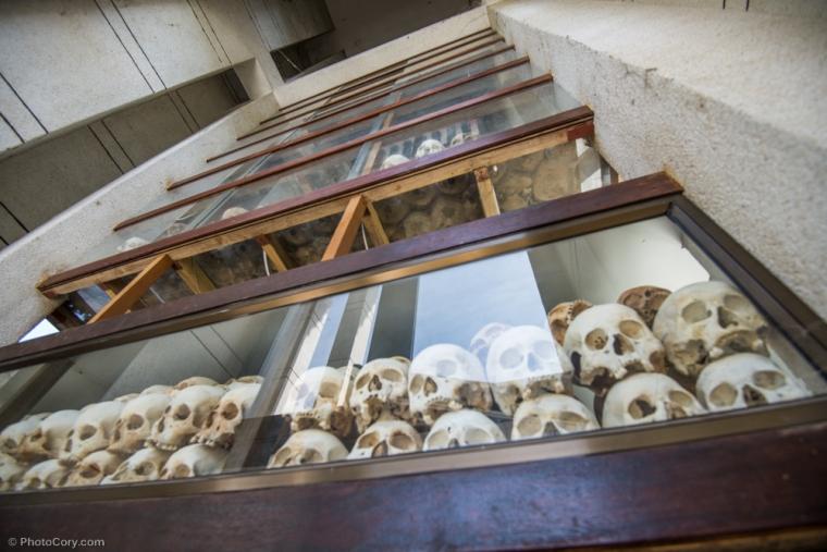 More than 8000 skulls are arranged by sex and age in the Memorial Stupa at the Killing Fields / Peste 8000 de cranii sunt aranjate in functie de sex si varsta in monumentul memorial de la Campurile de Ucidere