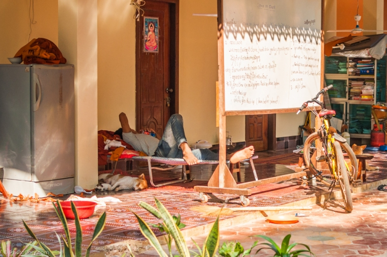 The next 3 photos are with people sleeping. Because is very hot, people have a more relaxed attitude and they sleep wherever they can (mostly in open air) / Urmatoarele 3 poze sunt cu oameni dormind. E f cald in Cambodia si oamenii au o atitudine mai ...relaxata. Dorm pe unde apuca, de obicei in aer liber :D