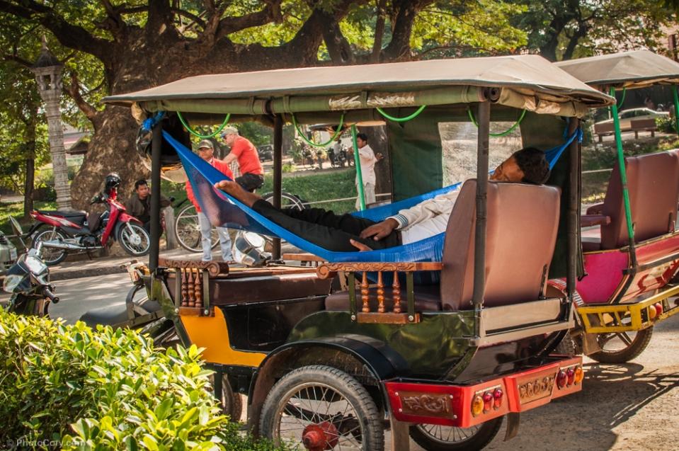 Driver sleeping in his Tuk-Tuk / Soferul acestui tuk-tuk si-a instalat un mic hamac (asa cum face majoritate de altfel)