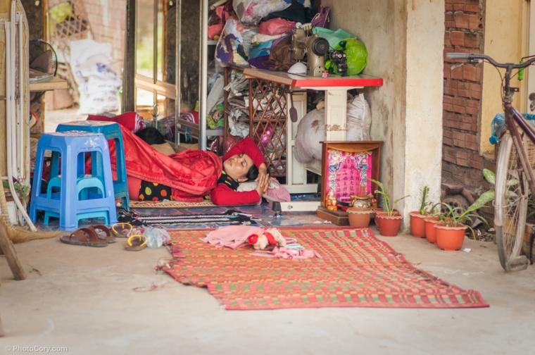 Sleeping with the door opened / Dormind cu usa deschisa, oricine poate vedea in interiorul casei