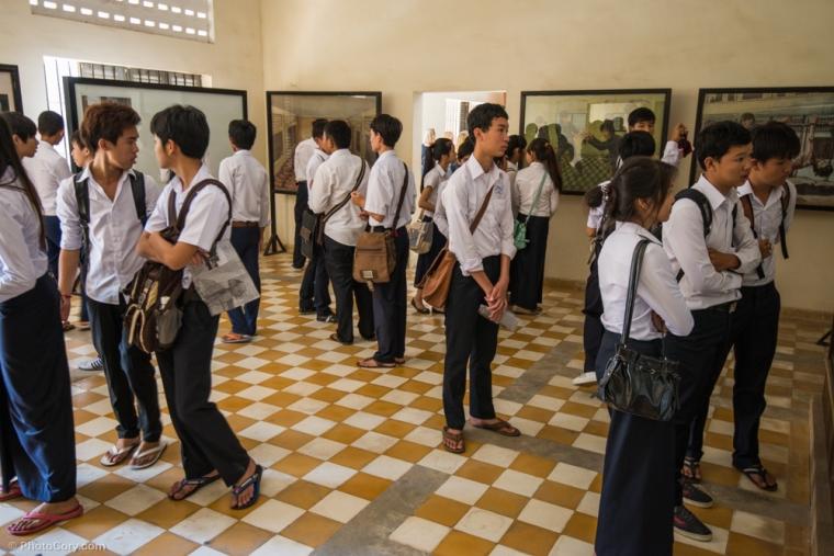 Local Cambodian students visiting the Tuol Sleng Museum / Scolari cambodgieni viziteaza muzeul Tuol Sleng