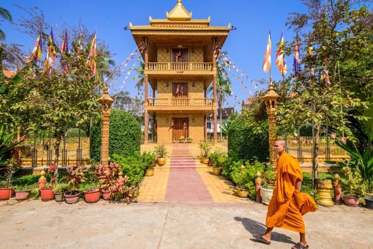 Wat Dam Nak / Un al templu si un calugar portocaliu