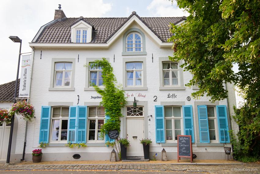 oud rekem house blue and white