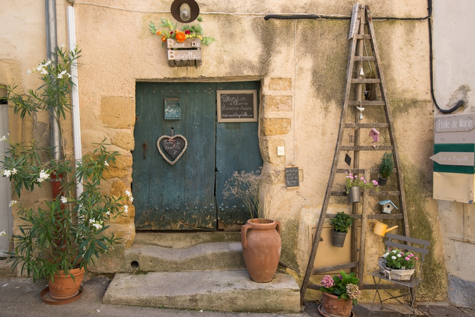 lourmarin decorations in provence