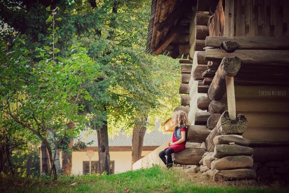 fetita la muzeul satului