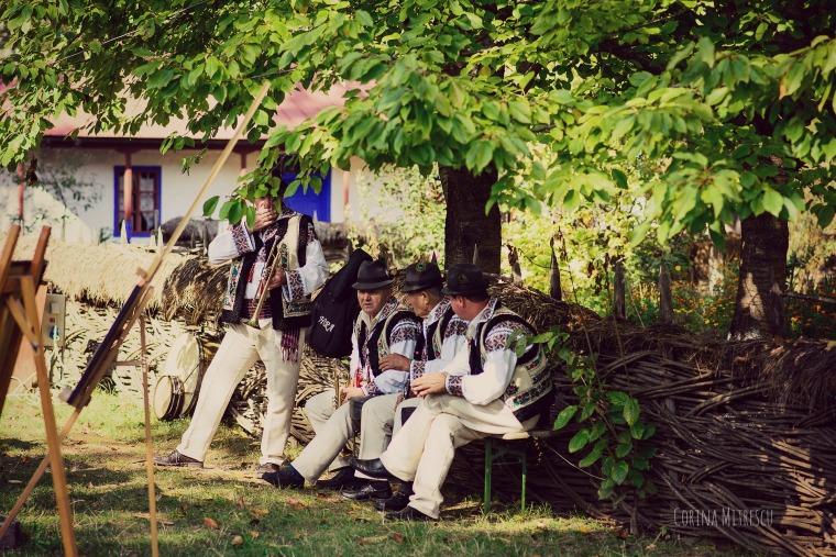 muzicanti in costume populare romanesti la muzeul satului bucuresti