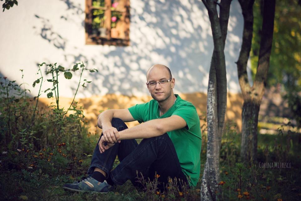 pe iarba la muzeul satului toamna