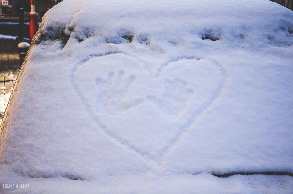 heart with hands on snow car windwo