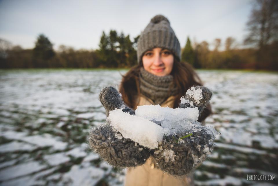 la hulpe snow in hands